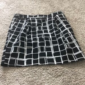 Size 6 Gap Skirt Black w White design & pockets